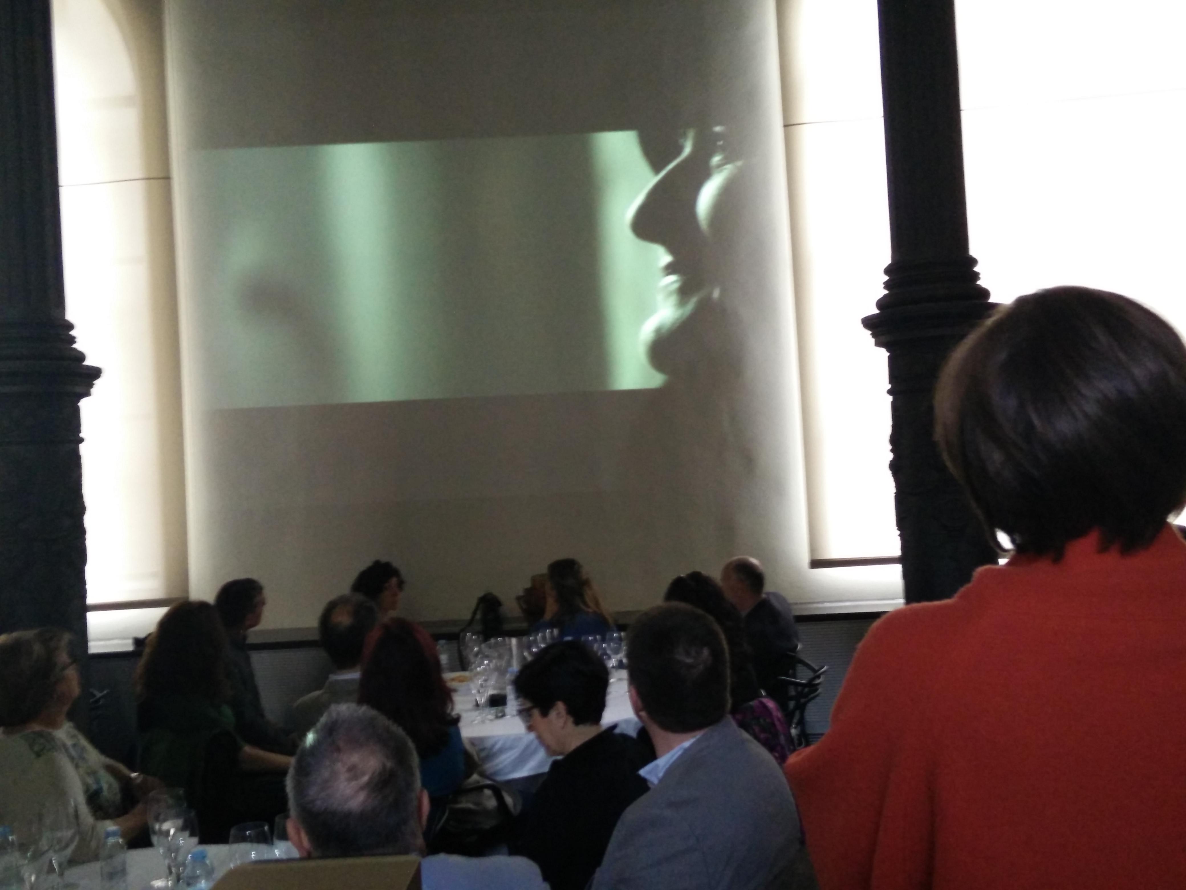 Viendo el video de la presentación - Foto vinummedia)