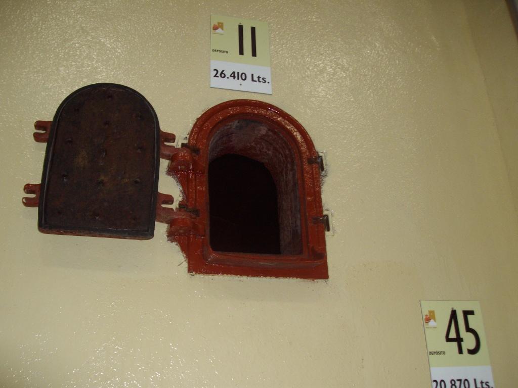 Compuerta de acceso a uno de los depósitos de hormigón